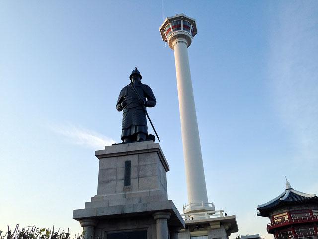 イ・スンシン像と釜山タワー